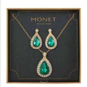 ‼️OFFER‼️Monet Green Gold tone Jewelry Set
